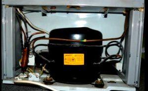 В однокомпрессорном холодильнике предусмотрен один контур охлаждения, настройка температуры устанавливается одновременно как для камеры охлаждения, так и для морозильной.