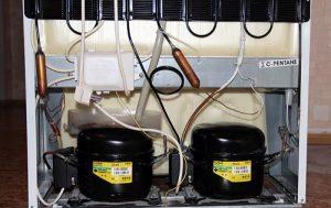 Преимуществами двухкомпрессорных холодильников являются точная и независимая регулировка температуры в разных камерах, а так же возможность отключать и размораживать камеры по отдельности.