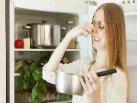 Как устранить запах из холодильника